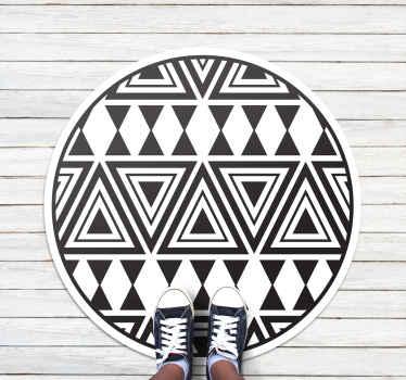 この素晴らしい滑り止めラグは、白い背景にさまざまな黒い三角形が特徴です。お手入れが簡単で滑り止めです。