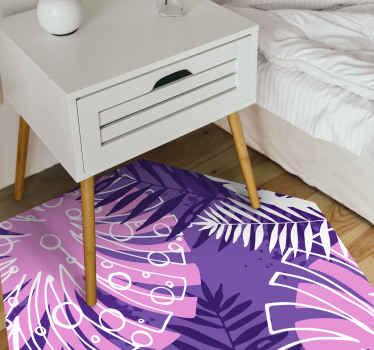 этот фиолетовый виниловый коврик украшен разнообразными растениями джунглей, включая классическое растение монстера, на ярком фиолетовом фоне!