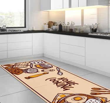 """这种令人惊叹的乙烯基地毯的特点是""""家庭烹饪""""文字,周围是各种厨房用具和食物盘子。提供折扣。"""
