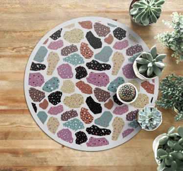 Ten wspaniały geometryczny dywan winylowy zawiera różne skały w różnych kolorach z małymi geometrycznymi kształtami w środku.