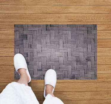 这种乙烯基木地板具有深色竹纹理。它防滑,非常耐用和耐久。