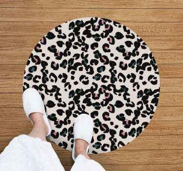 Pavimento in laminato di forma tonda per camera da letto con stampa animalier leopardata su fondo bianco. è lavabile, antiallergico e antiscivolo.