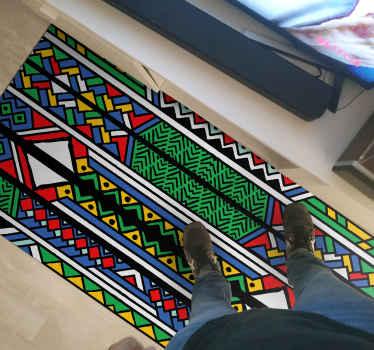 Tapis en sticker de conception tribale africaine colorée pour la maison. Agréable pour un salon et peut être placé sur d'autres espaces d'une maison. Il est facile à entretenir.