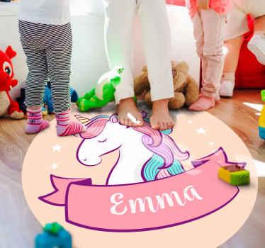 Rosa vinylteppe enhjørning med navn, perfekt hvis du vil dekorere barnerommet ditt. Enkel å rengjøre og oppbevare. Laget av vinyl av høy kvalitet. Sjekk det ut!