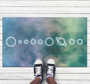 Alfombra vinilo infantil con un diseño de los 8 planetas del sistema solar y el sol sobre un fondo de galaxia ¡Compra online!
