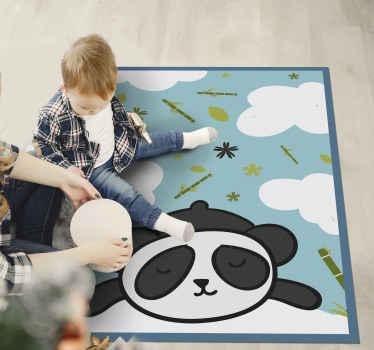Original vinylmatta med illustration av en animerad panda bland moln, löv och bambu, kan vara perfekt för att dekorera ditt barns sovrum.