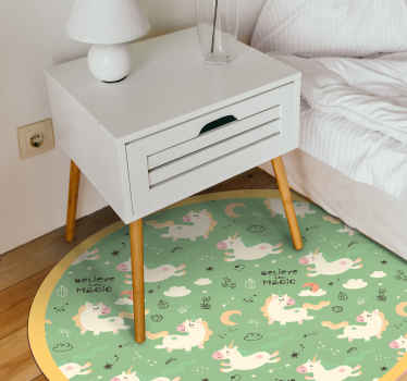 Alfombra vinílica verde con diseño de un unicornio creada para la habitación de tus hijos y presenta lindos unicornios