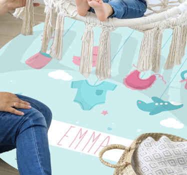 Fantastiškas, asmeniškai pritaikytas kūdikio mergaitė, gimusis asmeninį vinilinį kilimėlį su seilinukų, arbatinukų ir kūdikių drabužių iliustracija lengva pritaikyti.
