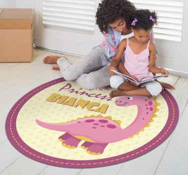 ¡Decora la habitación de tu hija con esta alfombra vinílica infantil redonda! Se trata de un diseño con dinosaurio y nombre ¡Envío exprés!