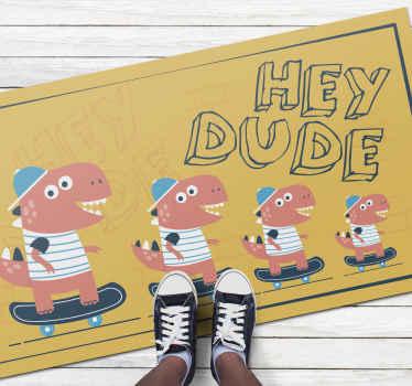 「おいおい」というフレーズと4匹の恐竜のイラストが入った子供用カーペット。1つはもう1つより小さく、ピンクのキャップが付いています。