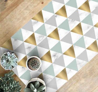 Wunderschöner geometrischer teppich aus marmordreieck mit geometrischen dreiecken in gold, blau und grau, die perfekt zum korridor passen.