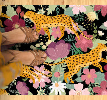 Tappeto in vinile con motivo leopardato. L'oggetto presenta una ciurma di leopardi su uno sfondo di fiori tropicali rosa e bianchi.