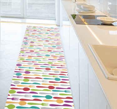 Virtuvinis vinilo kilimas su spalvingais indais. Raštas rodo spalvingus peilius, šaukštus ir šakutes. Tai puiki jūsų virtuvės puošmena.