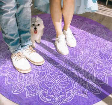 виниловый коврик с фиолетовой мандалой. узор представляет собой красивую белую мандалу на интенсивном фиолетовом фоне. он сделан из качественного винила.