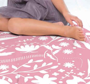 Tappeto in vinile per bambini che presenta un delizioso motivo di foglie e fiori in bianco su uno sfondo rosa chiaro. Iscriviti per il 10% di sconto.