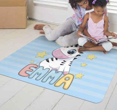 Decora la habitación de tus hijos con esta alfombra vinílica azul personalizada de cebra bebé y estrellas con rayas azules como fondo en forma cuadrada