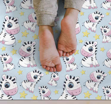 Una alfombra vinilo infantil de cebras y estrellas para decorar la habitación de tu bebé de una manera tan adorable. Antideslizante y antialérgica