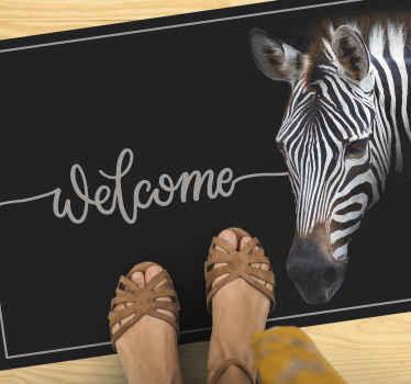 Dé la bienvenida a sus invitados cuando visiten su hogar con esta alfombra vinílica recibidor de bienvenida de cebra ¡Descuentos disponibles!