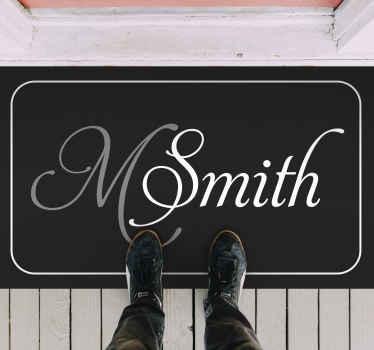 Fournissez-nous dans le champ de texte le nom à personnaliser sur ce nom personnalisé moderne et le tapis en sticker initial pour vous. Original et facile à entretenir.