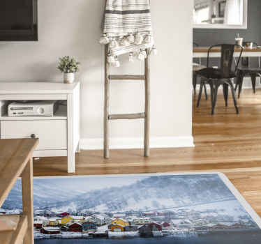 Alfombra vinílica rectangular con varias casas de asentamiento ubicadas en un fiordo de Noruega. El tamaño es personalizable y duradero.