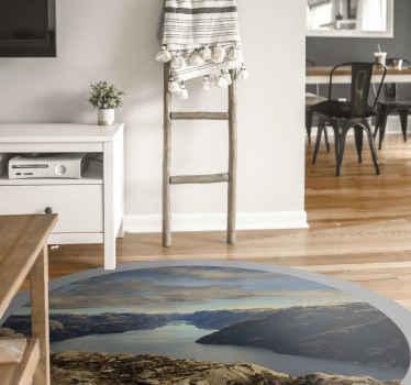 Le gustaría agregar un toque transformador a su lugar con nuestra alfombra vinilo redonda original que contiene el diseño de Preikestolen de Noruega.