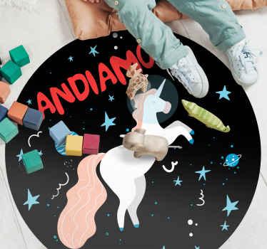 Tappeto in vinile con unicorno che presenta l'immagine di un unicorno che vola nello spazio circondato da molte stelle e stelle filanti.