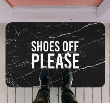 """Revêtement de sol en sticker texturé avec le texte anglais """"shoes off please"""" avec des lettres blanches et un fond noir."""