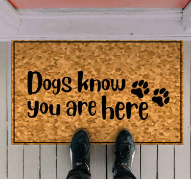 """Hundvinylmatta som inte innehåller texten """"hundar vet att du är här"""" med en söt bild av tassavtryck bredvid. + 10 000 nöjda kunder."""