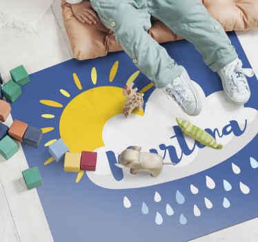 个性化的乙烯基地毯,带有云朵的可爱形象,雨水和阳光照在上面,孩子的名字放在最上面。