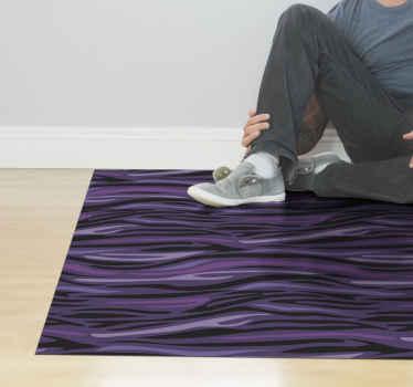 Dospívající vinylový koberec s designem zvířecího tisku ve fialové barvě, který dodá žoviální a moderní atmosféru vaší ložnici nebo jakémukoli prostoru doma.