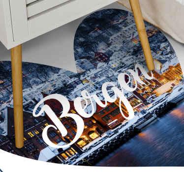 """带有""""我爱卑尔根""""文字的黑胶地毯,背景中是这个美丽的挪威城市的形象。极其持久的材料。"""