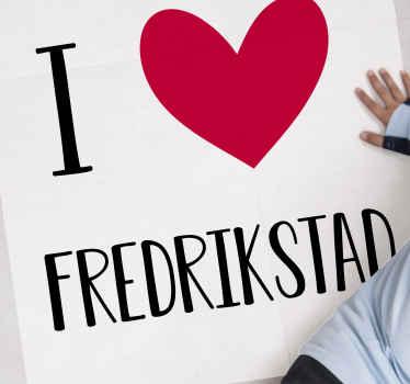 """붉은 마음과 흰색 바탕에 검은 글자와 텍스트 """"나는 fredrikstad 사랑""""의 일러스트와 함께 북유럽 비닐 러너 양탄자."""
