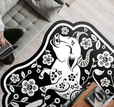 Una alfombra vinilo animales con el diseño de una vaca y otras ilustraciones ornamentales. Disponible en diferentes tamaños y fácil de limpiar.