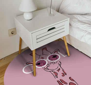 Este diseño particular de alfombra vinilo animal print con una jirafa en color rosa, con gafas blancas con tonos rosas. Entrega a domicilio!