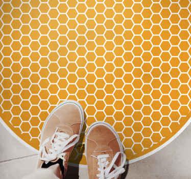 Okrągły dywanik winylowy ze wzorem złotych sześciokątów z białą obwódką - dzięki czemu wygląda jak grzebień miodu! Dostawa do domu!