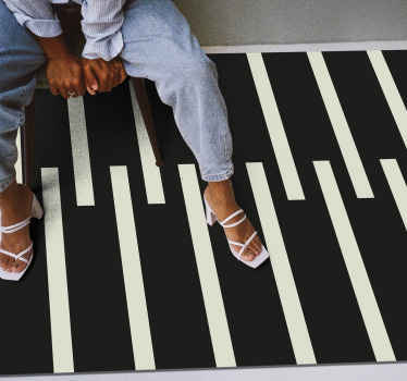 The black and white vinyl carpet collects the good points: it protects floors, is resistant, non-slip and adapts to several rooms of the house .