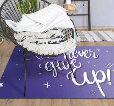 """Fantástica alfombra vinilo texto """"nunca te rindas"""" para habitación infantil. Diseño de color lila con frase positiva ¡Elige las medidas!"""