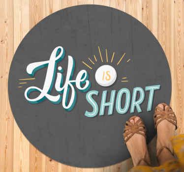"""Alfombra vinílica texto y de forma redonda con la inscripción """"la vida es corta"""" con un sol. Ideal para llenar de positividad tu casa ¡Elige medidas!"""