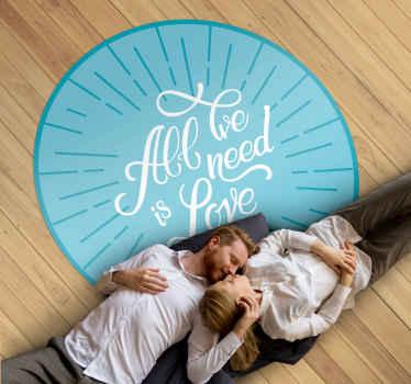 """Alfombra vinilo texto con la frase """"todo lo que necesitas es amor"""" de forma redonda y de color azul. Elige medidas ¡Envío exprés!"""