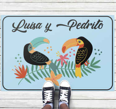 """Dale color a tu hogar con esta increíble alfombra vinilo corredor  """"tucanes en rama"""". Elige el tamaño. Entrega a domicilio y a un clic de distancia."""
