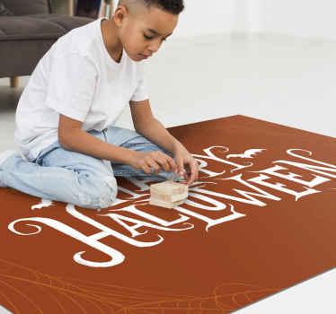 """Prostokątny dywan winylowy w kolorze kawy z napisem """"wesołego halloween"""". Ten wzór jest dekoracyjny w salonie, przedpokoju itp."""