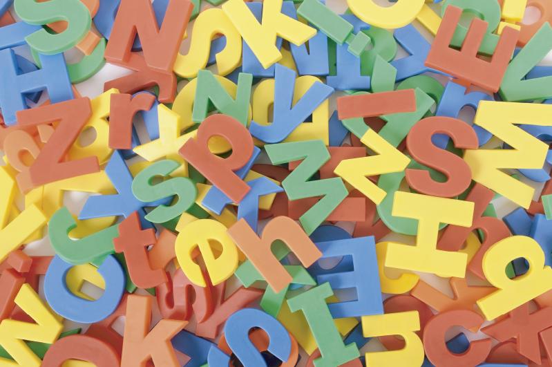 TENSTICKERS. 乱雑なアルファベットアルファベットビニール敷物. あなたの子供の部屋やあなたがそれが最も合うと思う場所のための装飾の排他的なスタイルを持つ子供のための信じられないほどのビニールアルファベットカーペット!