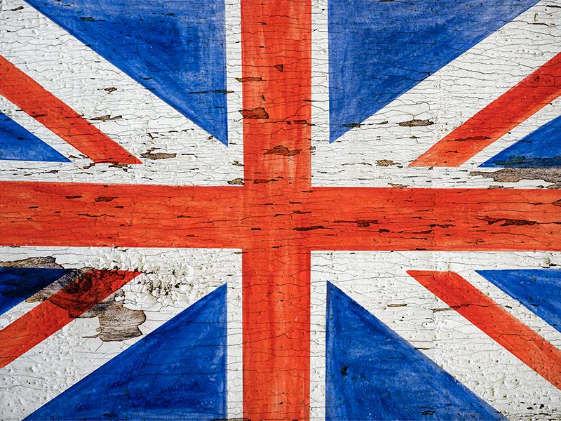 TenStickers. Nowoczesny dywan winylowy w stylu miejskim. Idealny prostokątny dywan winylowy z flagą Wielkiej Brytanii w miejskim stylu na tle tekstury kamienia. Jest łatwy w utrzymaniu i wykonany z wysokiej jakości.