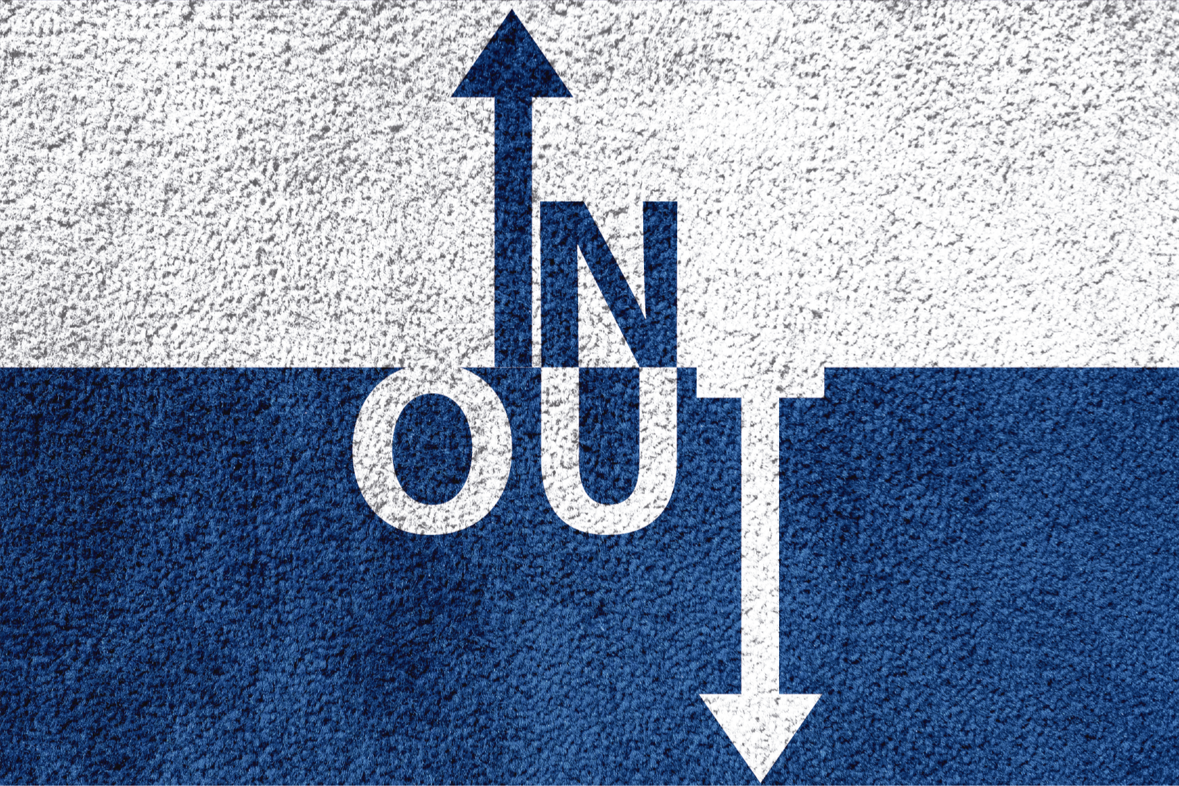 "TenStickers. 进出定制地毯. 这种创意地毯的特征是将文本"" in""和"" out""与i和t转换为箭头并指向正确的方向。"