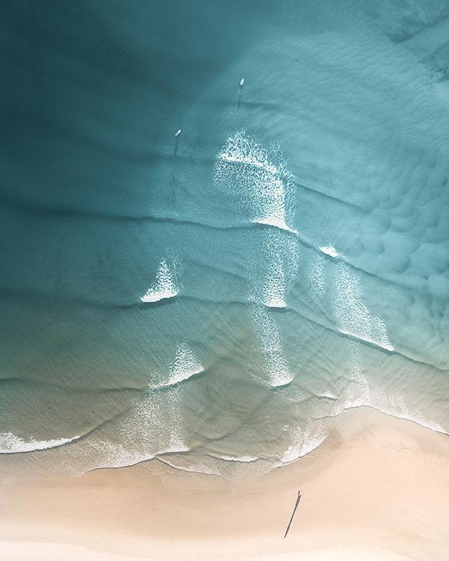 TenStickers. Covor de natură pe malul mării. Un covor original din vinil cu designul care descrie valul mării care se îndreaptă spre țărm.. Este ușor de întreținut și de înaltă calitate.
