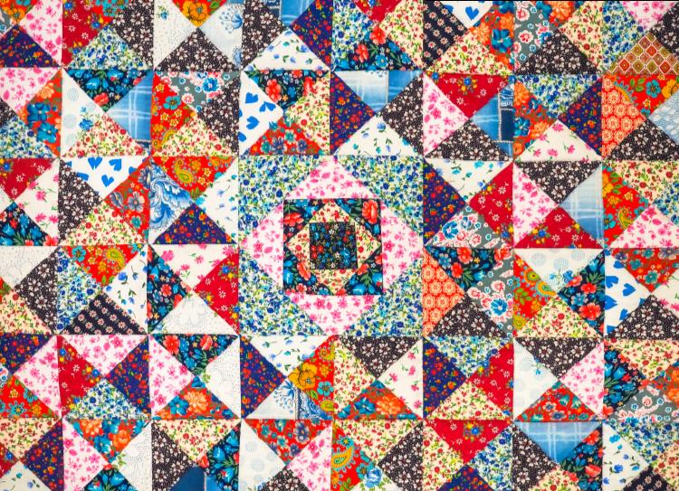 TenStickers. Tapetes retalhos turcos de estilo étnico. Tapete turco com retalhos coloridos de vinil étnico exibindo flores ornamentais em padrões de ladrilhos. é original e fácil de manter.