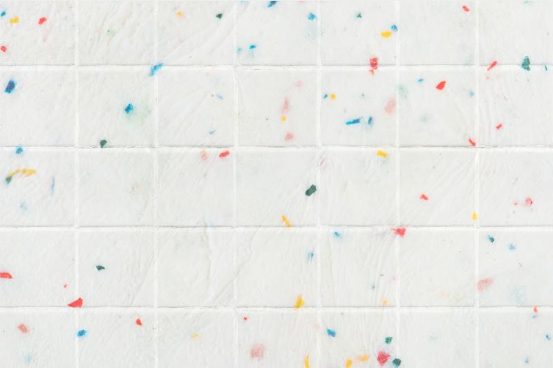 TenStickers. Kolorowe kafelki współczesne dywany. Ten nowoczesny dywan winylowy z białym tłem i kolorowymi plamami, idealny do wypełnienia kolorem i radości sypialni lub dowolnego miejsca, w którym chcesz go użyć.