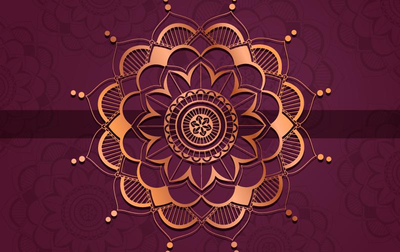 TenStickers. 紫色和金色曼陀罗家庭办公室乙烯基地毯. 紫色乙烯基地毯,其特征是在金色和皇家紫色背景下绘有令人惊叹的曼陀罗花朵图案。选择您的尺寸。