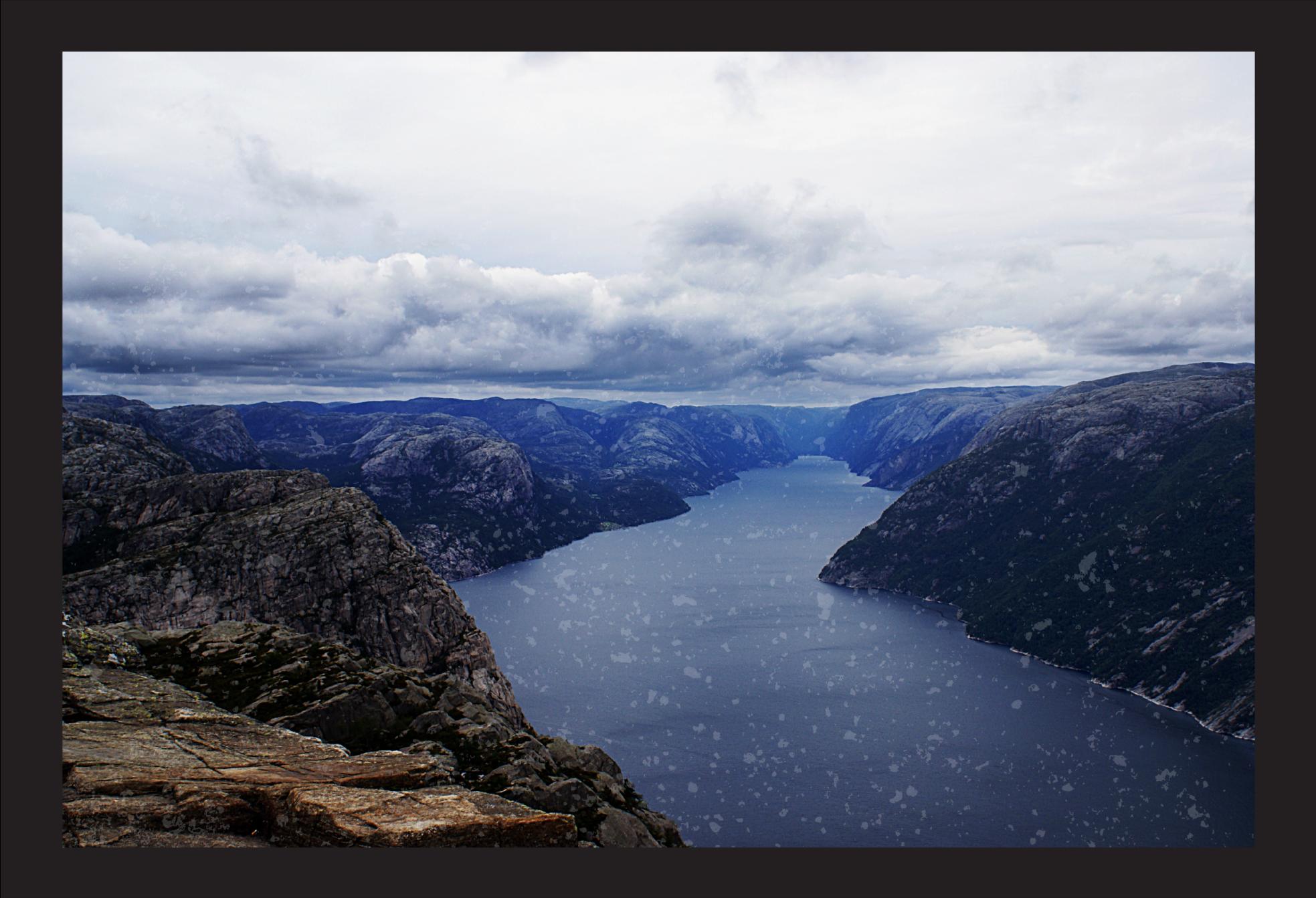 TenVinilo. Alfombra vinilo rectangular lago fiordo Noruega. Eche un vistazo a esta increíble alfombra vinilo rectangular con vista de diseño del fiordo de Noruega con un paisaje de lago azul ¡Envío exprés!