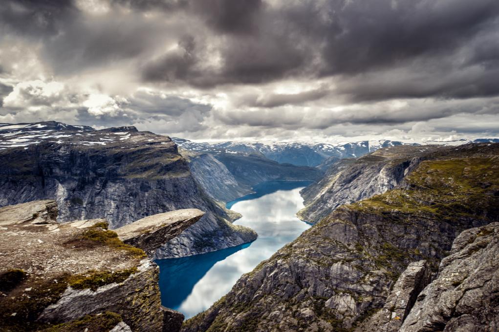 TenStickers. Trolltunga norvegian covor natură. Covor decorativ din pardoseală din vinil cu design care ilustrează formațiunea de roci trolltunga în vederea norvegiei în detaliu. Disponibil în orice dimensiune.